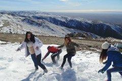 Adolescentes jugando con la nieve en el Cerro Champaqui